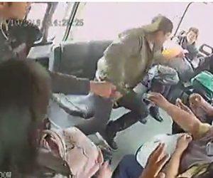 バスの車内に客に紛れ武装強盗