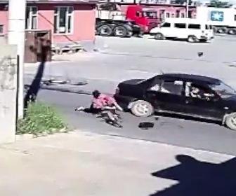 女の子が自転車で門を出た直後に車にはね飛ばされる