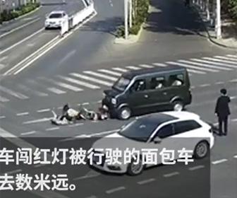 赤信号で横断歩道を渡るスクーターが車にはね飛ばされる