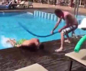 プールで遊ぶ酔っ払い男達が