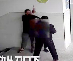 ナイフ男に立ち向かう警備員