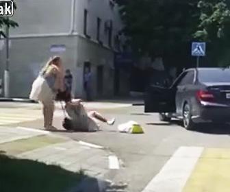 横断歩道で接近してきた車とバトル