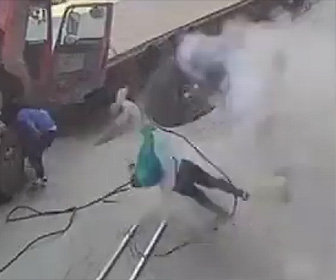 トラックタイヤが爆発し赤ちゃんと母親が吹き飛ばされる