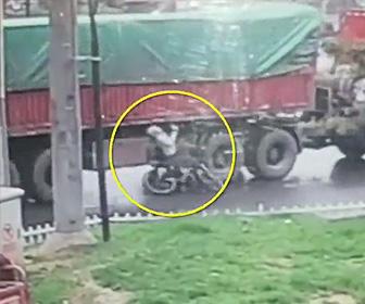 トラックに轢かれ死亡