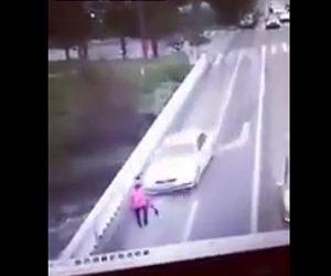 橋で猛スピードの車にはね飛ばされる