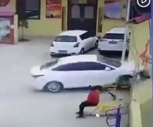 子供に猛スピードの車が突っ込む