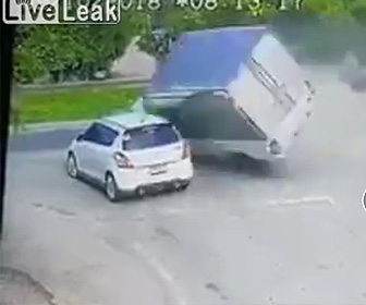 はね飛ばされたトラックが突っ込んで来る
