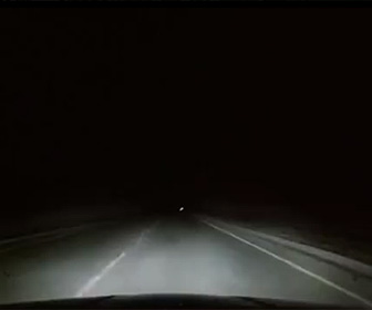 ラクダを避けようとし横転する車