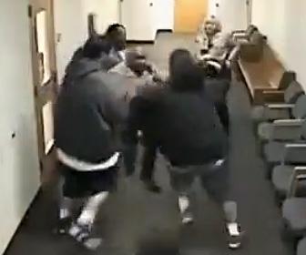 裁判所にギャングが押し入る