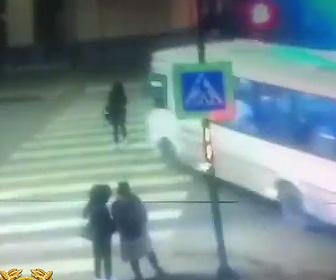 女性がバスに轢かれ死亡