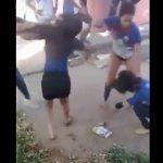 【動画】学校で女達が喧嘩。ズボンを脱がされ下着丸見えの女性が顔面に強烈キック
