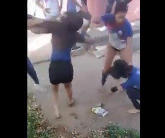 女達が学校で喧嘩