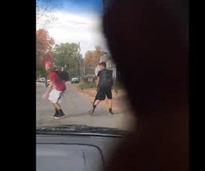 少年が車で少年をはね飛ばす