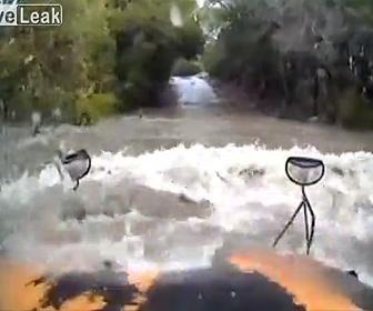 スクールバスが冠水した道に突っ込む