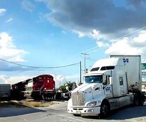 列車ちトレーラーが激突
