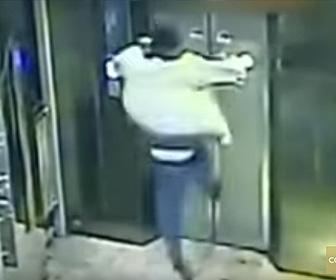 エレベーターシャフトに男性が落下