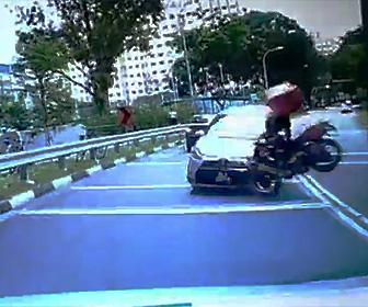 反対車線に突っ込む車