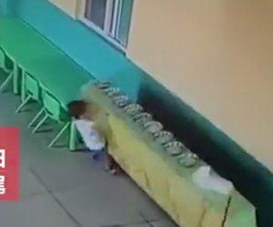 子供が棚の下敷きになる