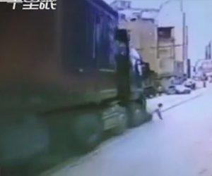 おじいさんがトラックに轢かれそうになる