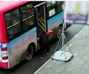 走行中のバスからおじいさんが落下