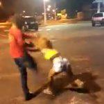 【動画】女性と殴り合いする男性。後ろから男に殴り倒されノックアウト