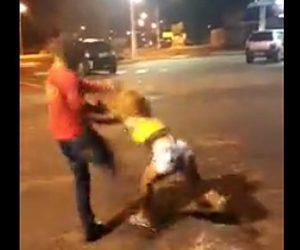 女性と喧嘩している男性が殴り倒される