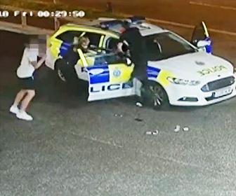 強盗が警察車両で逃げようとする