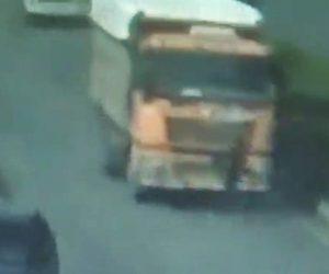 男性がダンプカーに轢かれてしまう