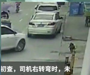 少女が道に座り込み轢かれてしまう