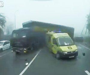 救急車にトラックが突っ込む