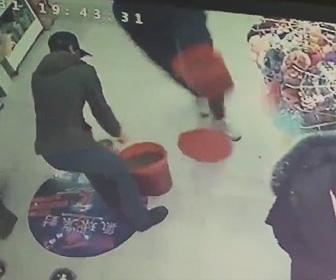 店内で糞尿をまき散らす男