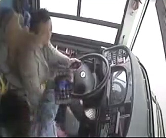 バスが橋から転落