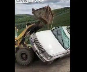 横転した車を起こすが…