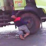 【動画】トラックが電線に接触しトラックから降りた運転手が感電してしまう