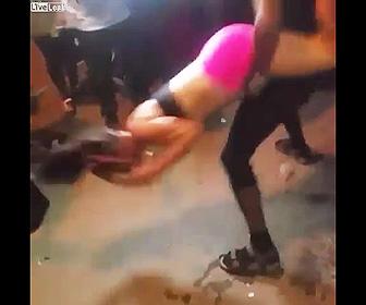 パーティーで女性を振り回す男