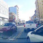 【動画】強引に車線変更しようとした車が追いかけて来て車をぶつけて来る