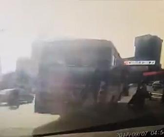 バス運転手が意識を失い恐ろしい事故が起こる