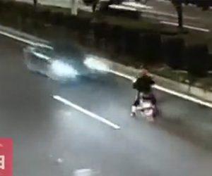 バイクが逆走し正面衝突