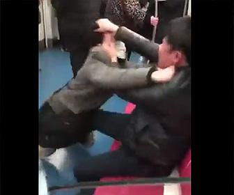 地下鉄内で喧嘩