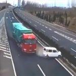 【動画】高速道路の出口を逃し停車してしまった車に大型トラックが突っ込んでしまう