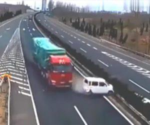 高速道路で出口を逃しトラックが激突