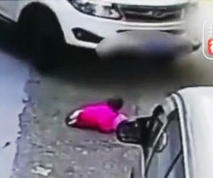 2歳の幼児がSUV車に轢かれてしまう
