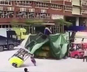 フォークリフトが倒れる事故