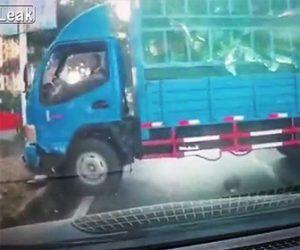 スクーターにトラックが突っ込む