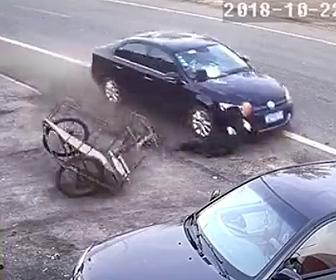 猛スピードの車がおじいさんに突っ込む
