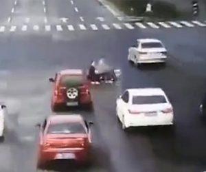 2人乗りバイクがはね飛ばされる