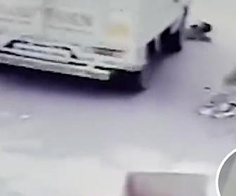 幼児がトラックに轢かれてしまう