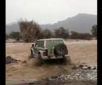 増水した川を車が渡ろうとするが…