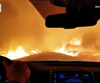 山火事から脱出する車