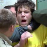 【動画】裁判所に移送される受刑者が警察官に強烈な頭突きを食らわす